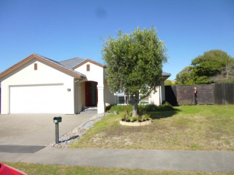 View profile: WAIMAIRI BEACH - LARGE 3 BEDROOM, 2 X BATHROOM EXECUTIVE HOME, PET NEGOTIABLE