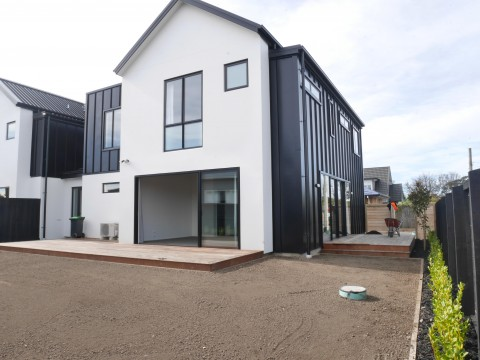 View profile: ST ALBANS - BRAND NEW LUXURIOUS 4 BEDROOM, 2 X BATHROOM TOWNHOUSE, DOUBLE GARAGE
