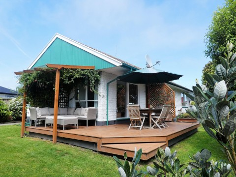 View profile: WOOLSTON - PRIVATE 3 BEDROOM FAMILY HOME - SUNNY DECK AREAS - BACK SECTION